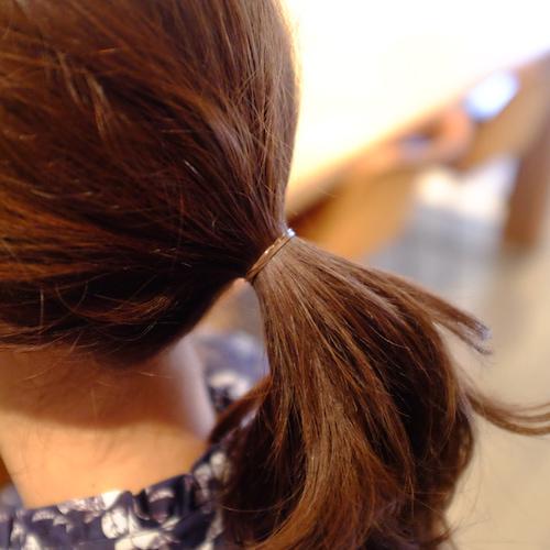 ひとつ結びをつくる。ヘアアクセをつけるときは、ゴムが見えないよう髪になじむ色の細いゴムを選ぶのがポイント。