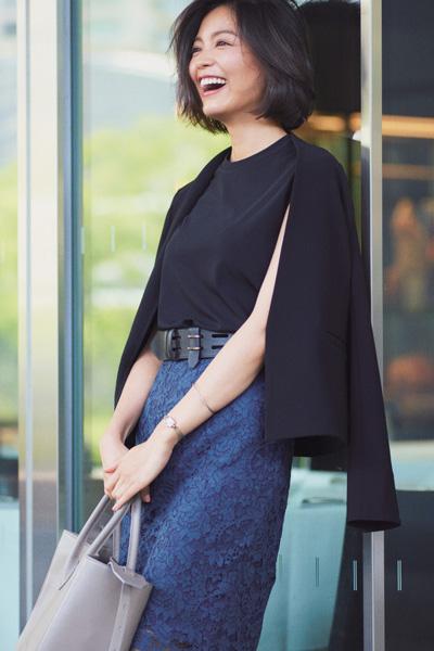 ブルーレーススカート×黒ジャケット