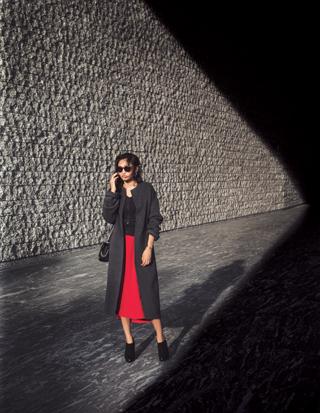 赤ロングスカート×黒トップス×グレーコート