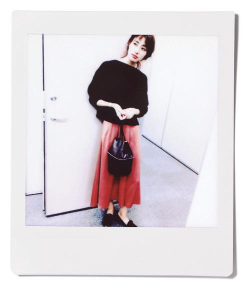 黒ニット×ピンクフレアスカート