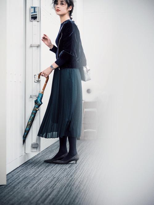 ジェイドグリーンプリーツスカート×黒ジャケット