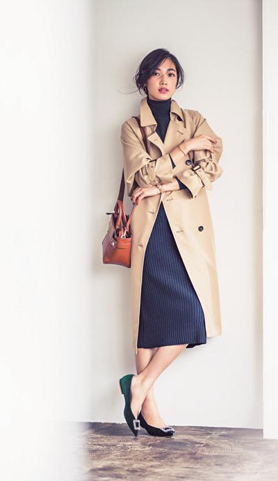 フロントビジューのローヒール×トレンチ×タイトスカート