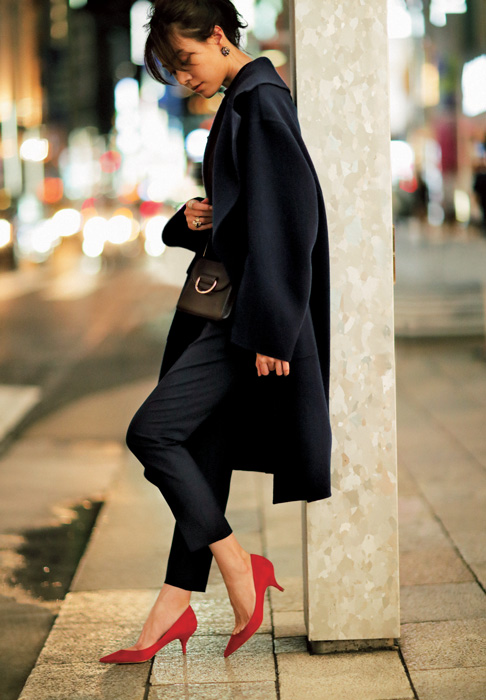 赤パンプス×黒パンツ×ネイビーコート