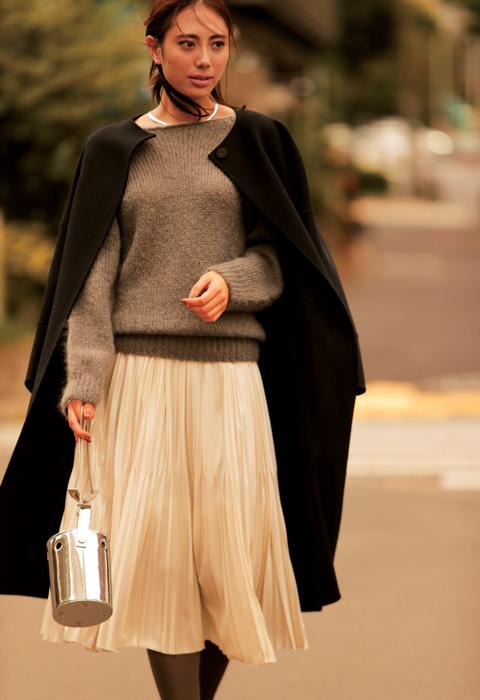 白プリーツスカート×黒コート