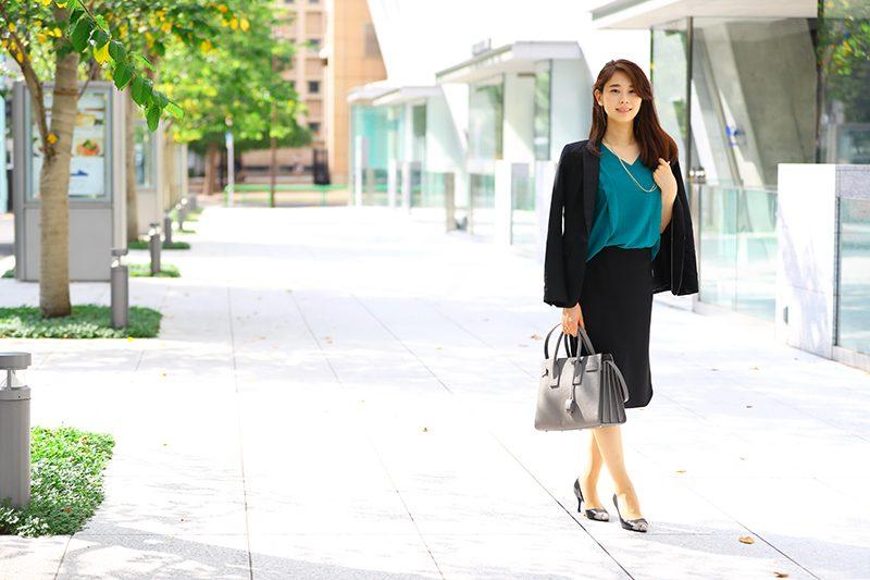 黒スカートスーツ×緑インナー