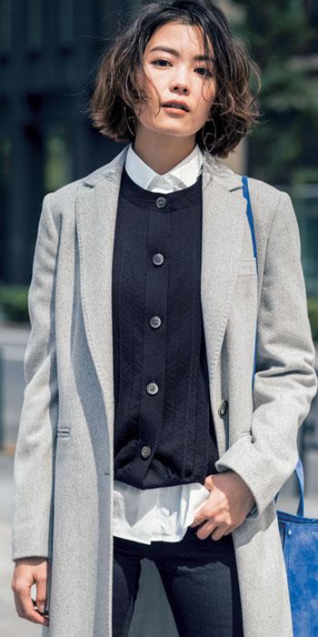 白シャツ×グレーチェスターコート