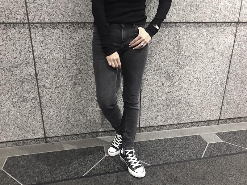 黒スキニーデニム×黒スニーカー×黒トップス