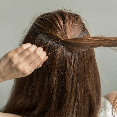 ベースをゆるく巻いてから、トップの表面の髪を結ぶ。
