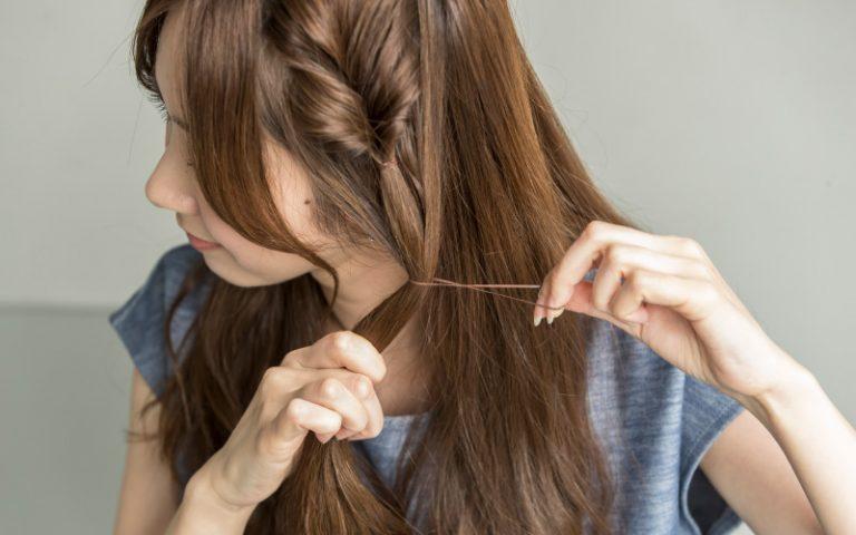 3|残った左サイドの髪を【2】で《くるりんぱ》した髪と一緒に結ぶ