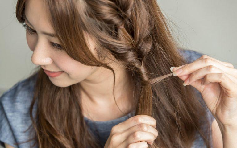 5|《くるりんぱ》した髪を少量とり、結んだゴムに巻く