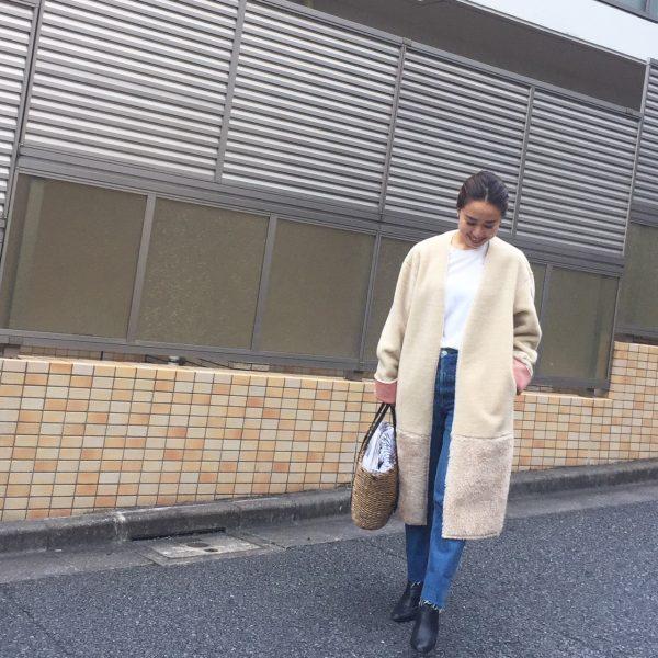 ジーンズ×白Tシャツ×ベージュコート