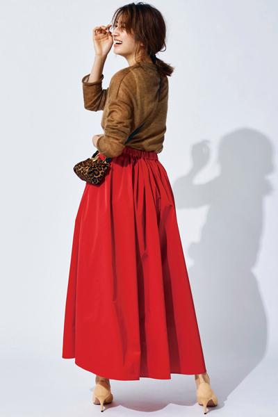 茶色ニット×レッドフレアスカート