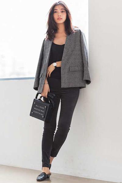 グレンチェックジャケット×黒ニットキャミソール×黒パンツ