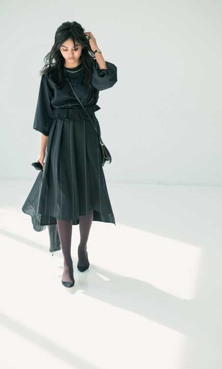 黒トップス×黒スカート