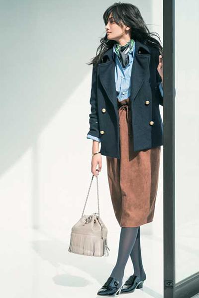 デニムシャツ×ブラウンスカート