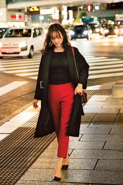 黒チェスターコート✕赤パンツ