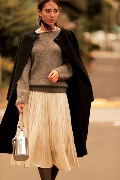 ベージュプリーツスカート✕黒コート