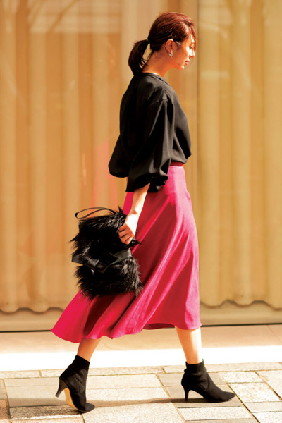 黒トップス×ピンクフレアスカート