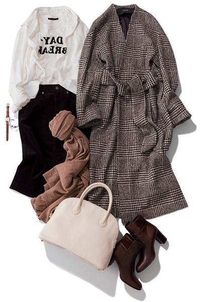 黒タイトスカート×白ロゴTシャツ×白シャツ