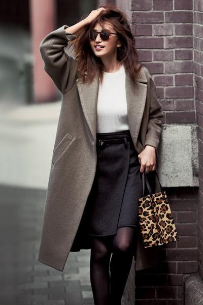 グレージュコクーンコート×白ニット×黒スカート