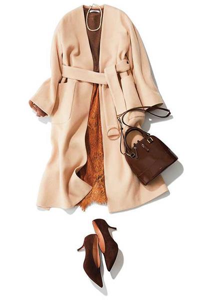 茶色パンプス×レースタイトスカート×ベルテッドコート