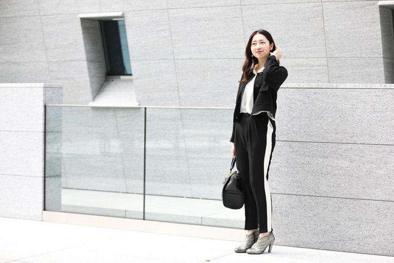 黒ラインパンツ×白トップス×黒ジャケット
