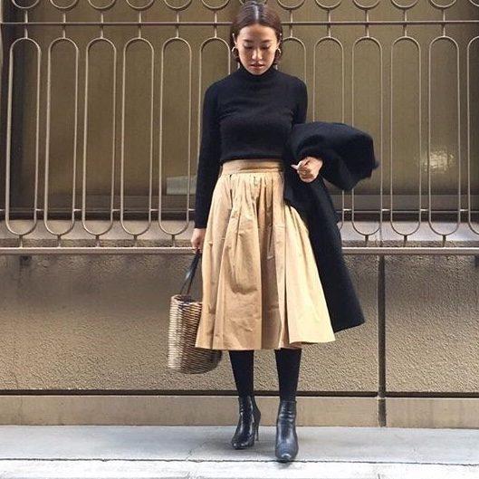 【14】黒リブタートル×ベージュスカート