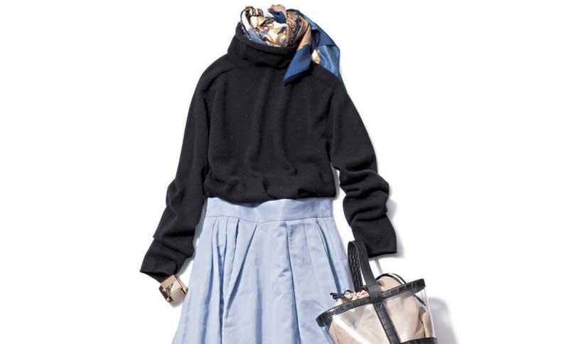 黒ハイネックニット×ブルースカート
