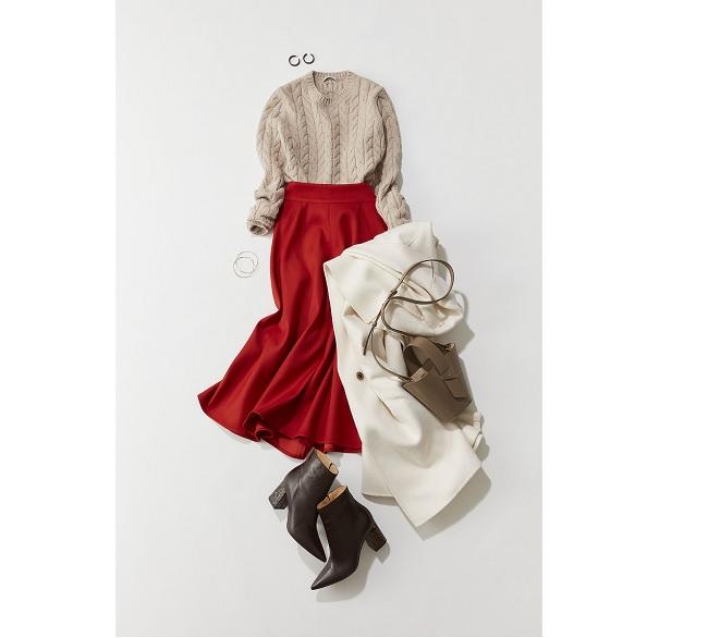赤スカート×ベージュニット×白コート