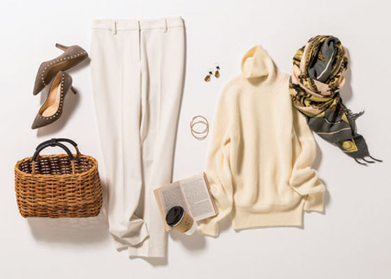 白タートルネックニット×白の細身パンツ