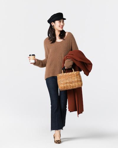 茶色セーター×インディゴデニムパンツ