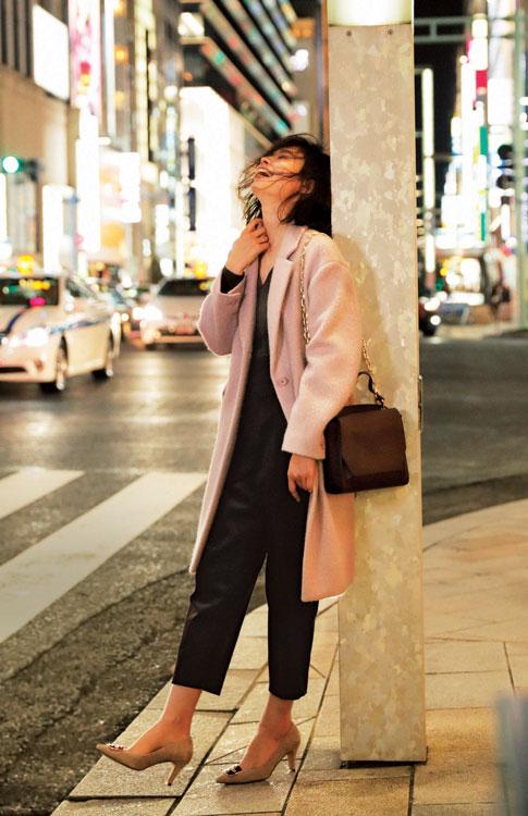 ピンクのチェスターコート×黒クロップドパンツ