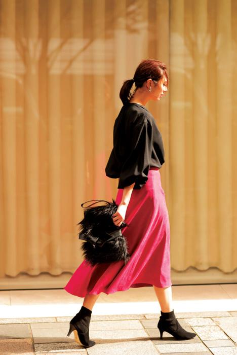 濃いピンクロングスカート×黒トップス