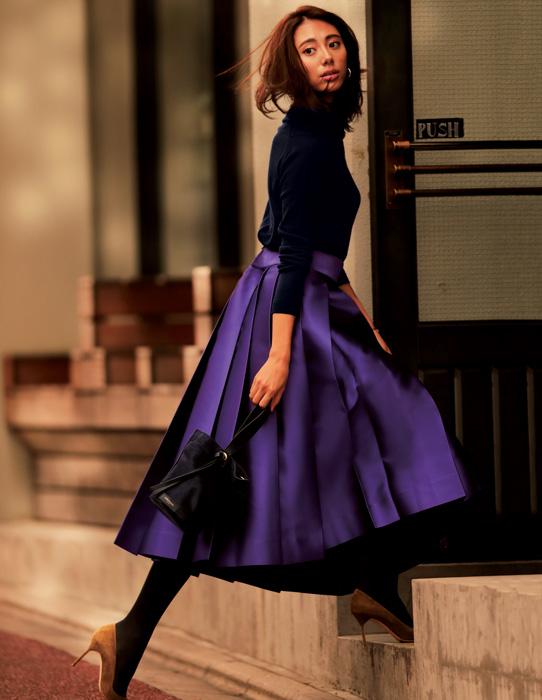ネイビートップス×紫フレアスカートでドレス風コーデ