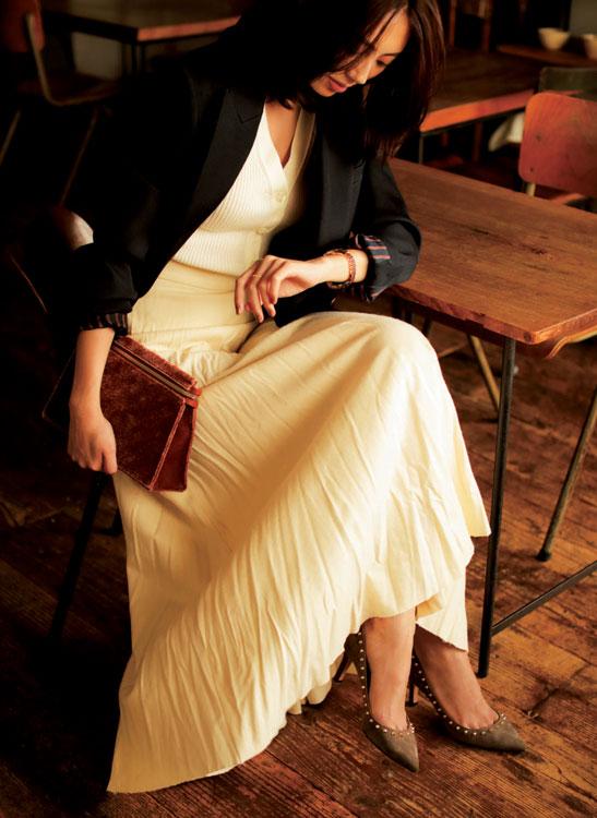 白ロングスカート×白トップス×黒ジャケット