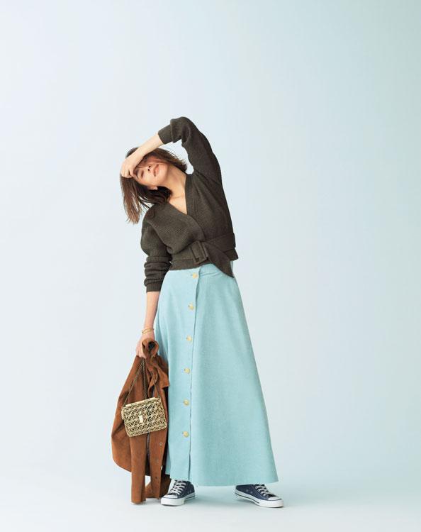 Vネックニット×きれい色マキシ丈スカート