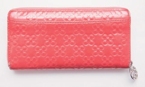 【4】パッと目に飛び込むピンクカラー!コーチのエナメル素材長財布