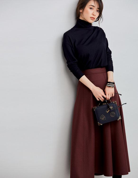 ドロップショルダー黒タートル×ブラウンフレアスカート