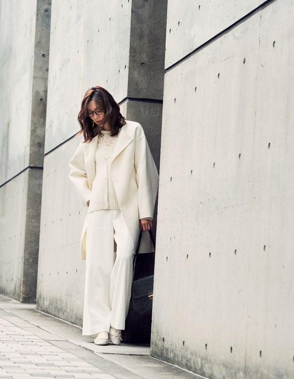 白パンツ×白ニット×白コート