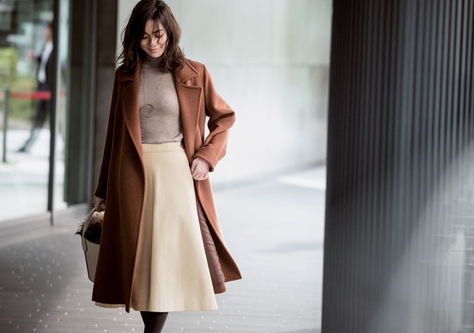 ベージュセーター×白フレアスカート×ブラウンコート