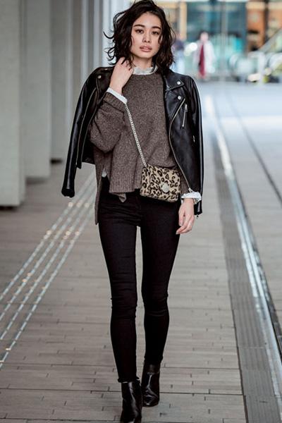 茶色セーター×黒スキニーパンツ