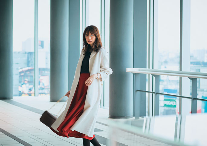 赤ロングスカート×黒トップス×白コート