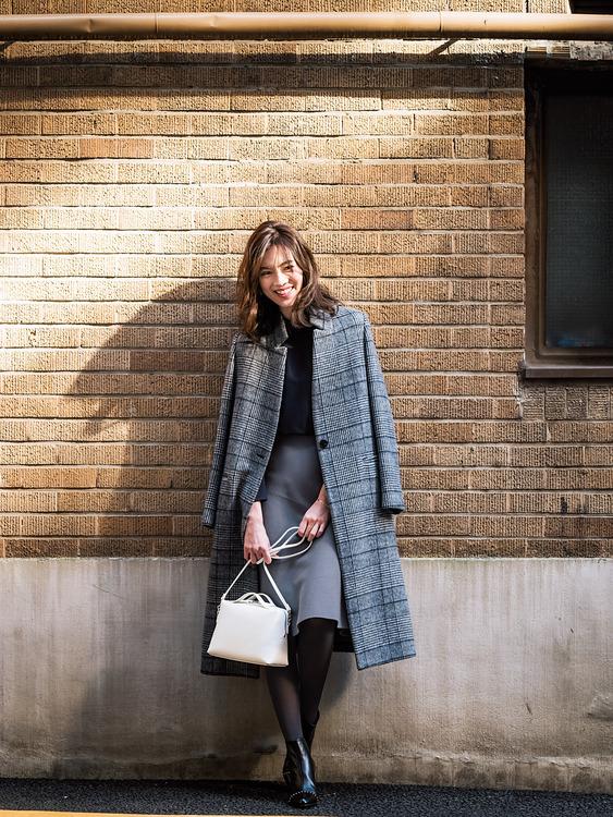 【6】ロングスタンドカラーコート×黒ブラウス×グレーブルーフレアスカート