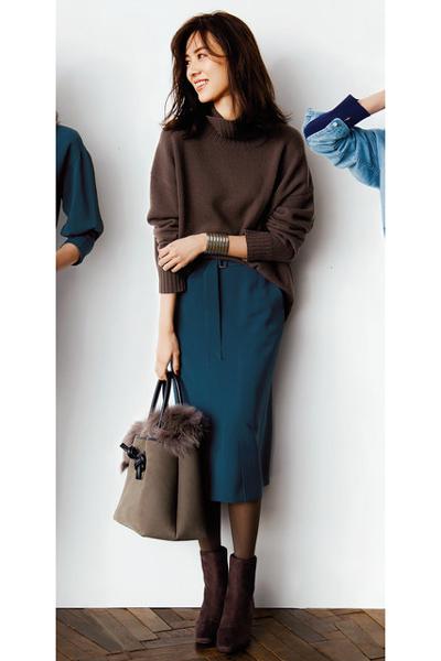茶色ショートブーツ×こげ茶セーター×タイトスカート