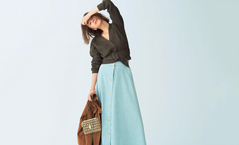 カーキニット×水色スカート