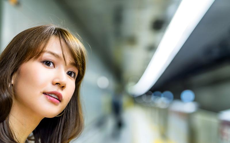 地下鉄駅の女性