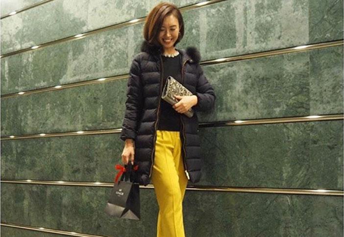 黒ダウンコート×黄パンツ