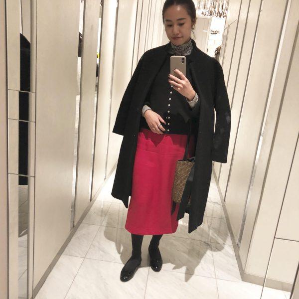 赤スカート×黒カーディガン×黒コート