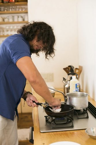 キッチンペーパーなどを使い、油は薄くまんべんなく敷くことが成功の秘訣
