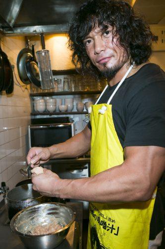 ピンポン玉大の大きさを手にとり、親指と人差し指で輪っかを作って搾り出し、スプーンで成形すると簡単に団子ができるぞ。